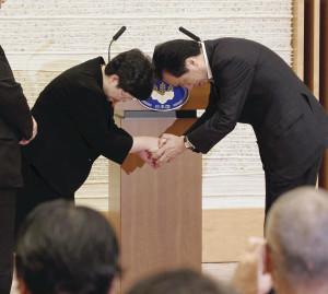 全国原告団代表(当時)と菅首相が握手(提供:読売新聞社)