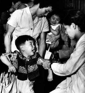 1950年代の予防注射風景 注射をされ泣き出す子(提供:読売新聞社)
